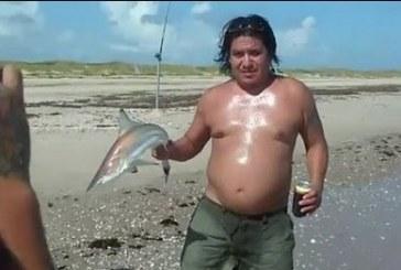 Cápával akart fotózkodni a fickó, de nem volt mindenre felkészülve…