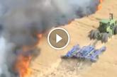 Elképesztő! A farmer életét kockáztatva mentette égő földjét! – Videó